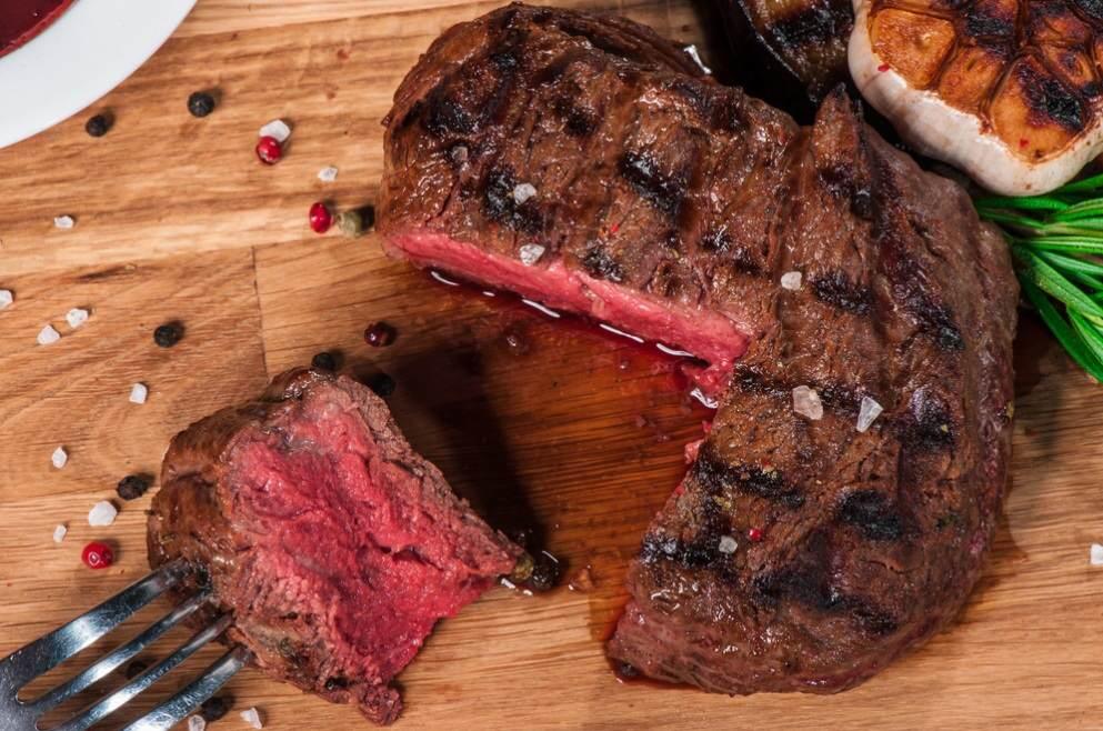 как сделать стейк из говядины на сковороде мягким и сочным