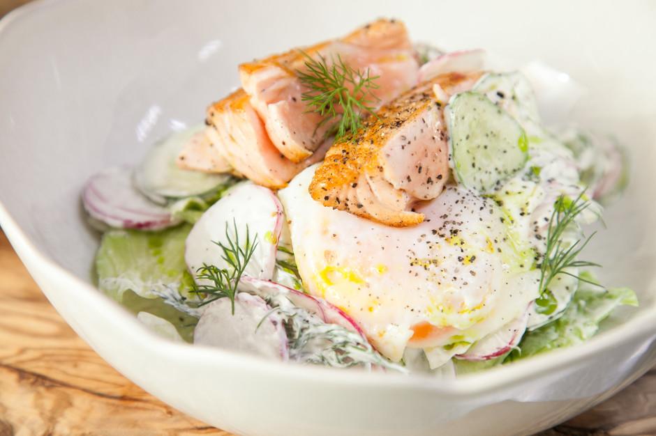 letnij salat so smetanoj i lososem 10